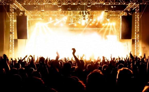 142339645_concert crowd